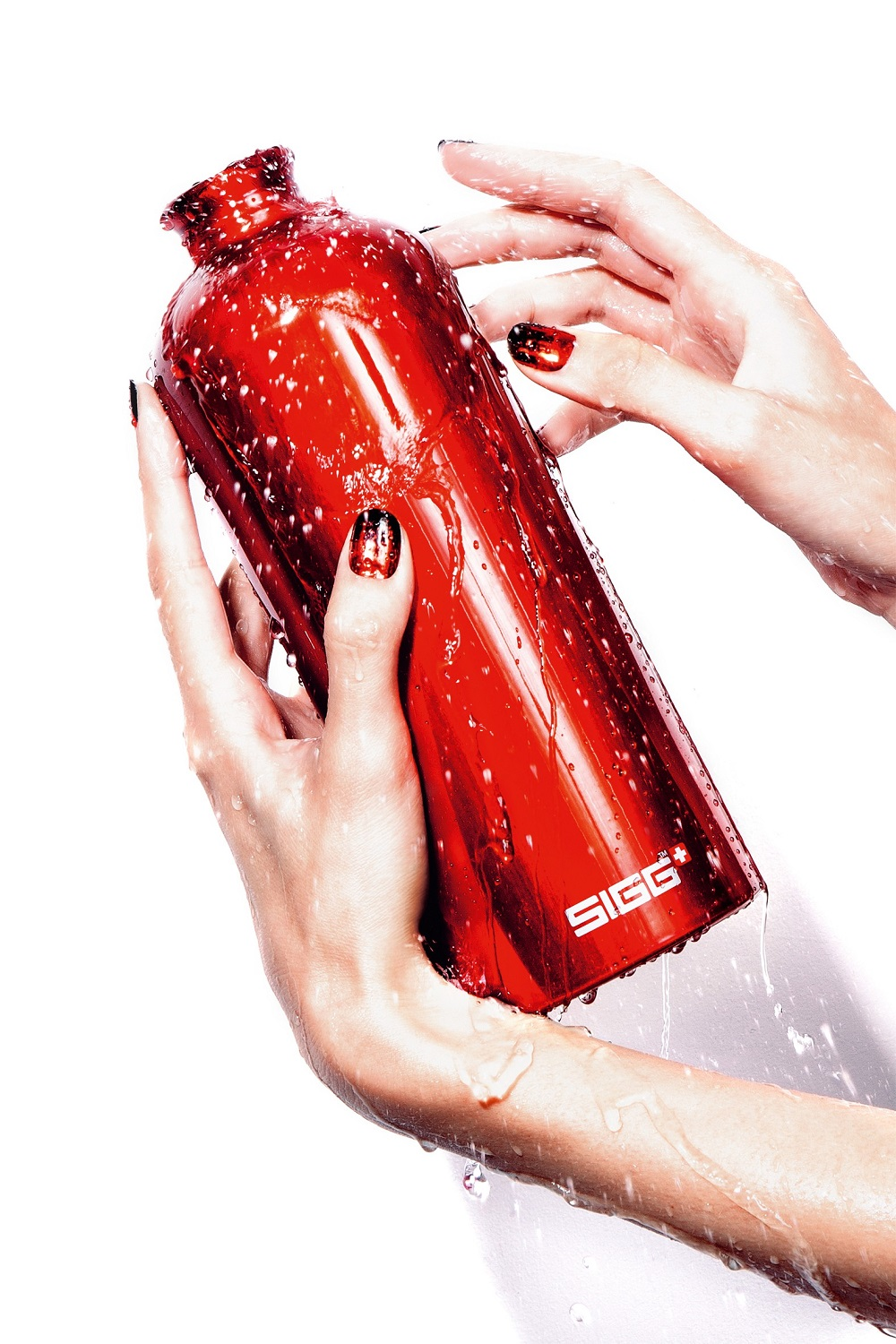 SIGG_lifestyle_red_bottle_with_hands_klein